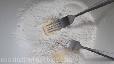 Make the pastry. Combine sugar and flour in a bowl. Add few butter cubes and press them into the flour-sugar mixture with two forks or pastry maker. Combine with all butter cubes.