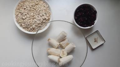 Prepare all ingredients. Layer the baking tray with parchment paper.