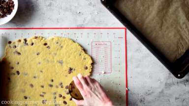 Cut the round shape cookies with the cookie cutter.