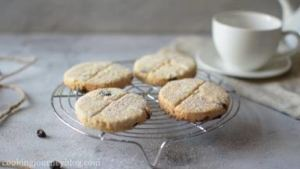 Bake another batch of cookies. Let them cool for 10 minutes. Dust the cookies with baking powder.
