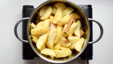 Add all spices in a pot. Stir together, so the apples are covered.