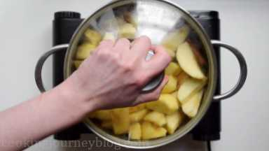 Cover the pot with a lid, bring to the boil.